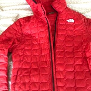 selling this red north face puffy jacket new
